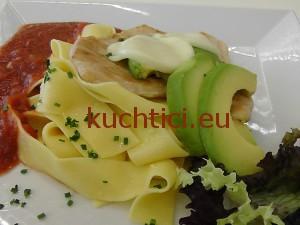 Kuřecí prsa s rajčaty, mozzarellou a avokadem