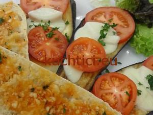Grilovaný lilek s tomaty a mozarellou
