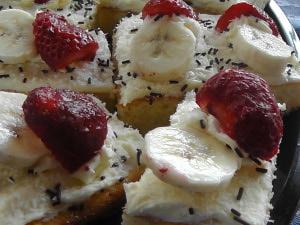 Piškot s krémem a čerstvým ovocem