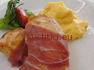 Kuřecí prsa s parmskou šunkou a bramborovou kaší s karotkou