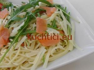 Špagety s uzeným lososem a rukulou