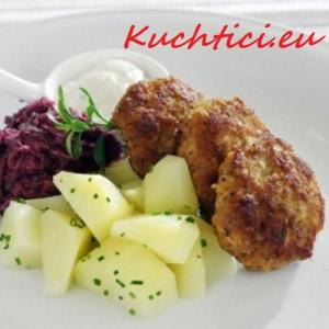 Frikadeller-s-bramborem-a-červeným-zelím