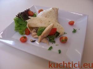 Tortilla plněná kuřecím masem a zeleninou