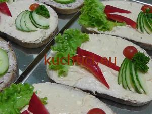Chléb s budapeštskou pomazánkou a zeleninou