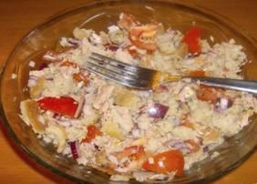 salát-s-rajčaty-a-tuňákem-